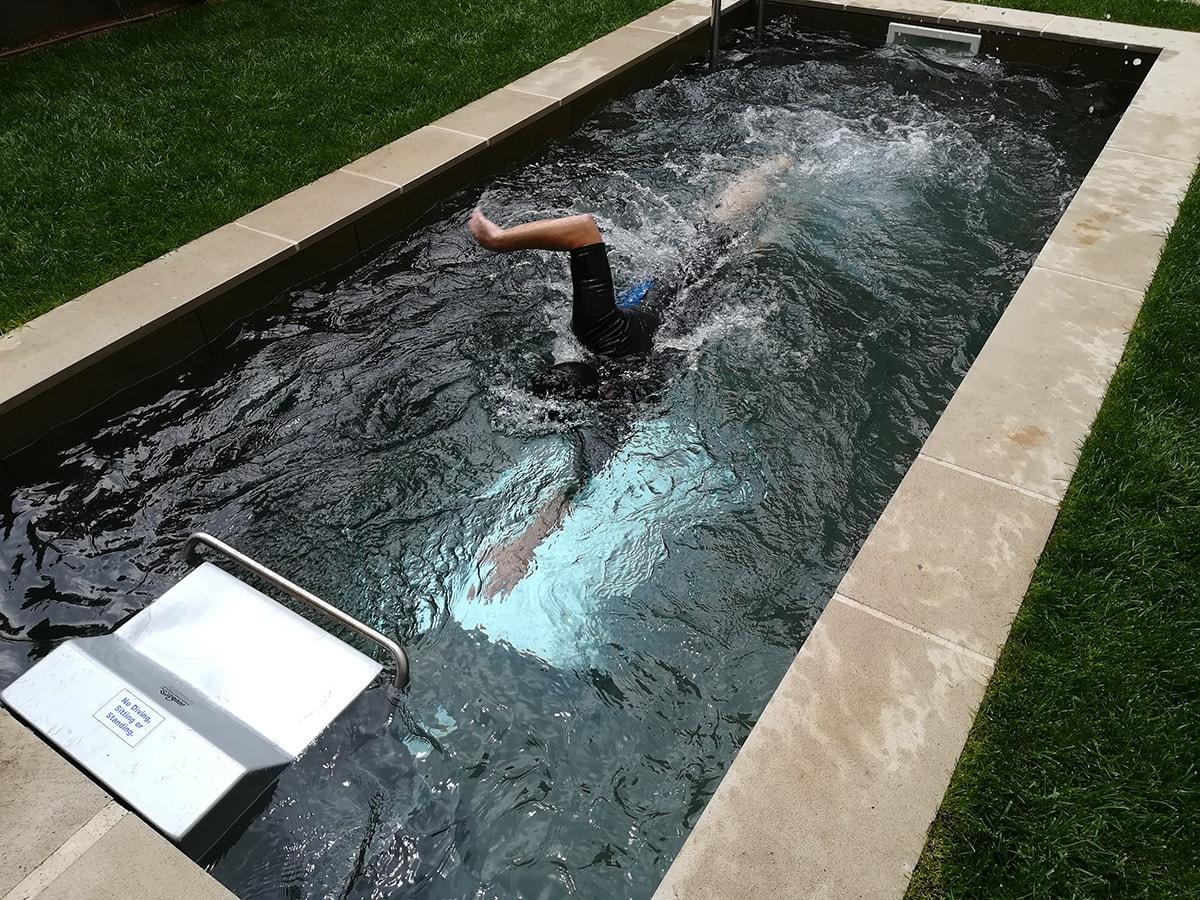 Piscina de natación equipada con el Sistema de contracorriente Fastlane